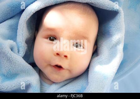 Bébé de trois mois, enveloppé dans une couverture bleu Banque D'Images