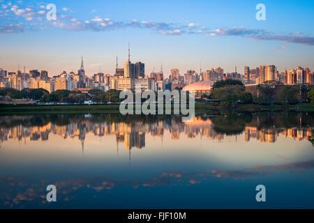 Sao Paulo skyline vue depuis le parc Ibirapuera ( Parque Ibirapuera) un grand parc urbain de la ville, Brésil Banque D'Images