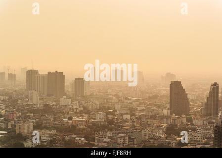Début matin brumeux sur la ville. Un épais brouillard enveloppe la zone résidentielle. Les bâtiments qui sort du Banque D'Images
