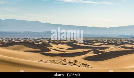 Mesquite Flat dunes de sable, les dunes de sable, les contreforts de l'Amargosa Range derrière, la vallée de la mort