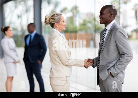 Les gens d'affaires professionnel handshaking in modern office Banque D'Images