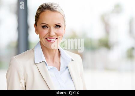 Belle femme d'âge moyen in modern office Banque D'Images