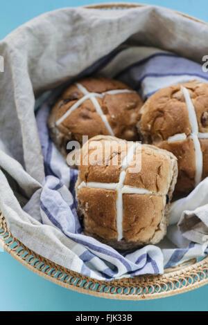 Trois brioches de Pâques dans un panier avec tissu en lin bleu et gris Banque D'Images