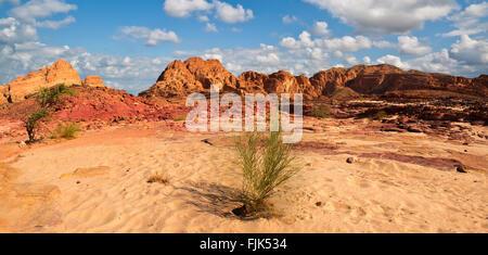 Désert du Sinaï Égypte voir Rocky Hills Blue sky Banque D'Images