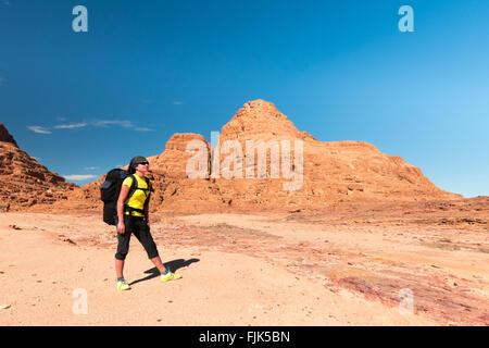 Sac à dos femme randonneur avec profiter vue dans désert du Sinaï Banque D'Images