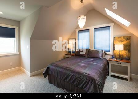 Chambre avec lit double, tables de chevet, plafond voûté, fenêtres avec rideaux, graphismes, éclairage d'appoint Banque D'Images