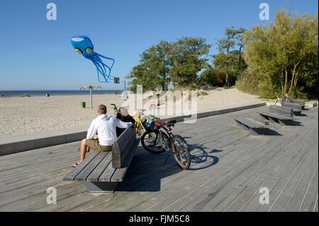 Géographie / billet, l'Estonie, Tallinn, plages, couple watching kite en forme d'un Additional-Rights Clearance-Info-poulpe,-Not-Available