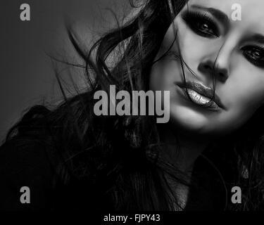 Portrait Portrait de belle femme avec Make-Up contre l'arrière-plan gris