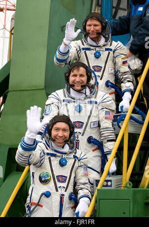 La Station spatiale internationale l'équipage Expedition 19 vague comme ils bord de l'engin spatial Soyouz TMA-10 Banque D'Images