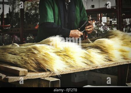 Man Making Bundle de blé à l'usine Banque D'Images