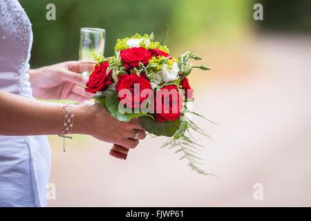 Portrait Bride Holding Bouquet Rose et Wineglass Banque D'Images