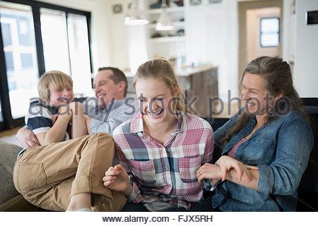 Rire sur la famille salon canapé Banque D'Images