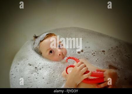 Portrait Of Boy le bain dans une baignoire Banque D'Images