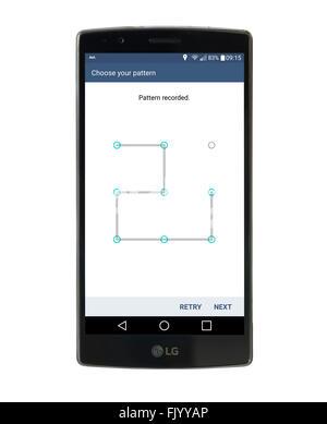 En utilisant la reconnaissance de formes pour verrouiller l'écran sur un LG G4 smartphone Android 5,5 pouces fonctionnant Banque D'Images