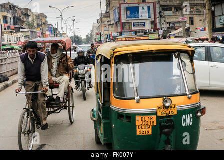 Scène de rue montrant divers moyens de transport y compris les pousse-pousse les Tuk Tuks et voitures, Old Delhi, Banque D'Images