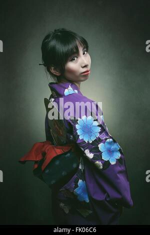 Belle japonaise femme en robe kimono traditionnelle . Studio shot Banque D'Images