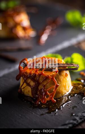 Pouding à la vanille dessert sur ardoise noire Banque D'Images