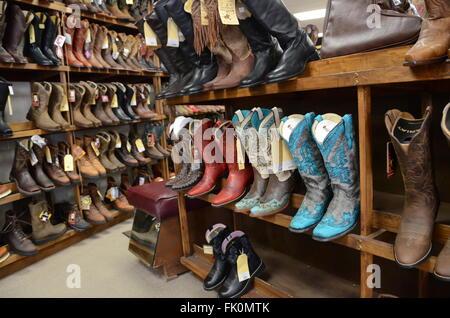 b25a8bd5530 ... Rangées de bottes de cowboy fantaisie en vente dans un magasin à  Arizona 2016 Banque D
