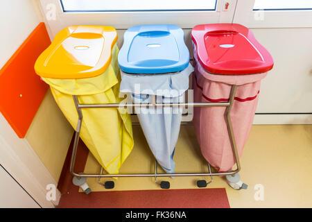 Trois bacs de recyclage dans un hôpital pour différents types de déchets. Banque D'Images
