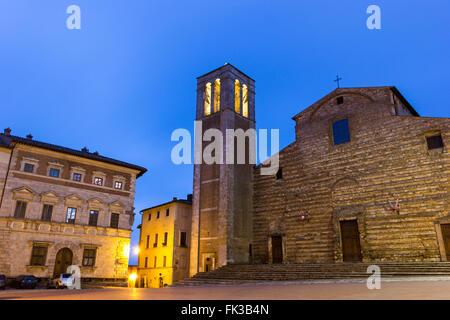 La Cathédrale de Santa Maria Assunta à Montepulciano en Italie dans la soirée Banque D'Images