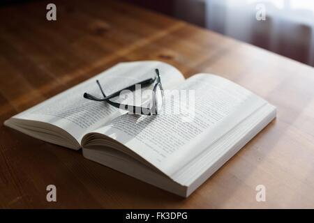 Une paire de lunettes sur le dessus d'un livre. Banque D'Images