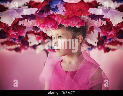 Portrait d'une petite fille avec un bouquet de fleurs