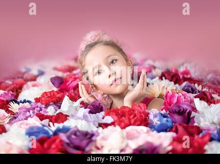 Jolie petite fille avec un bouquet de fleurs colorées