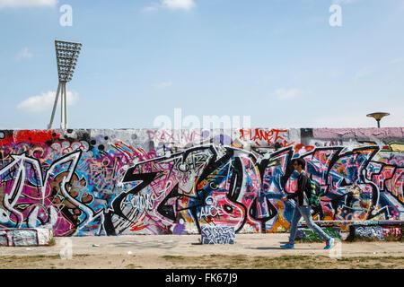 Les gens par le mur de Berlin dans Mauerpark, Prenzlauer Berg, Berlin, Germany, Europe Banque D'Images