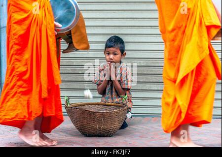 L'Asie. L'Asie du Sud-Est. Le Laos. Province de Luang Prabang, ville de Luang Prabang, pauvre petit garçon la collecte Banque D'Images