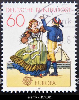 Allemagne - circa 1981: timbre imprimé en Allemagne du nord de l'Allemagne montre couple dancing in costumes régionaux, Banque D'Images