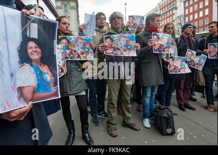 """Londres, Royaume-Uni. 7 mars, 2016. Les gens détiennent jusqu'portraits d'activiste environnemental Berta Cáceres, leader du conseil civique des organisations populaires et indigènes du Honduras (COPINH) qui a été assassiné à son domicile le 3 mars et de chanter 'Berta Vit- la lutte continue"""" en anglais et espagnol en face de l'ambassade du Honduras à retenir et à réclamer justice pour elle. Peter Marshall/Alamy Live News"""