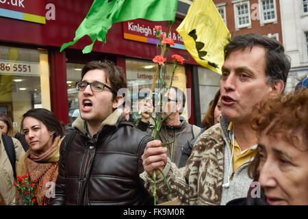 """Londres, Royaume-Uni. 7 mars, 2016. Les gens à l'extérieur de l'ambassade du Honduras à se rappeler et demander justice pour l'écologiste Berta Cáceres, leader du conseil civique des organisations populaires et indigènes du Honduras (COPINH) qui a été assassiné à son domicile le 3 mars crier 'Berta vit - la lutte continue"""" en anglais et espagnol. Peter Marshall/Alamy Live News"""