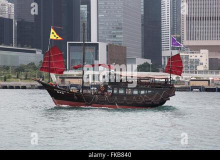 Jonque traditionnelle à voile à travers le port de Victoria à Hong Kong Banque D'Images