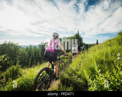Famille avec enfants (10-11, 12-13) Le vélo en montagne Banque D'Images