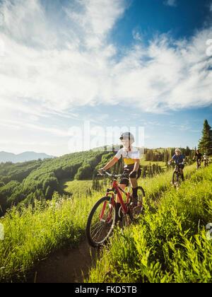 Les parents avec enfants (10-11, 12-13) au cours de vélo Banque D'Images