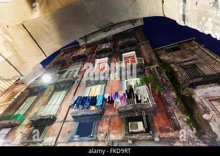 Low angle view of immeuble résidentiel avec une laverie sur les balcons