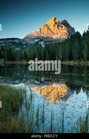 Les Tre Cime di Lavaredo reflète dans Lago di Antorno, Dolomites, province de Belluno, Veneto, Italie Banque D'Images