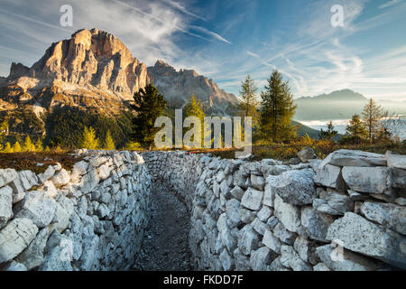 La première lumière sur Tofana de Rozes (tranchées de la Première Guerre mondiale) sur Cinque Torri, Dolomites, Banque D'Images