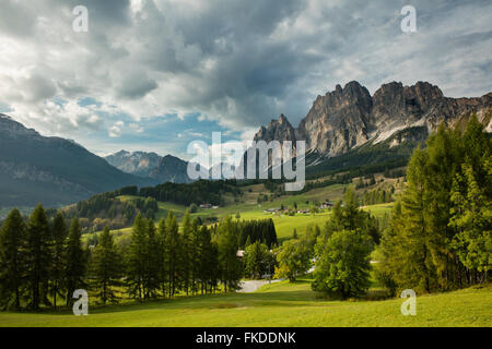 Le Pomagaonon au-dessus de Cortina d'Ampezzo, Dolomites, province de Belluno, Veneto, Italie Banque D'Images
