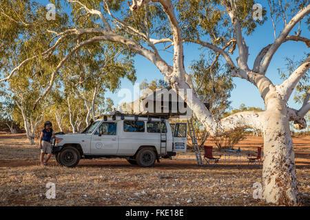 Wendy & le Troopy en camping dans l'Outback, l'Australie Occidentale Banque D'Images