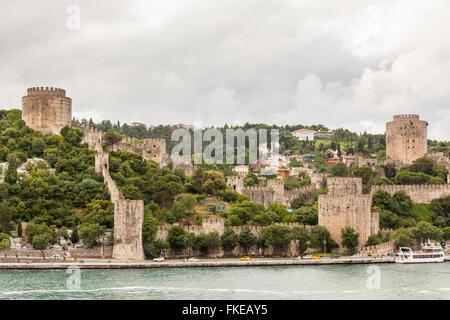 Rumelihisari, ruines, de le détroit du Bosphore, Istanbul, Turquie Banque D'Images
