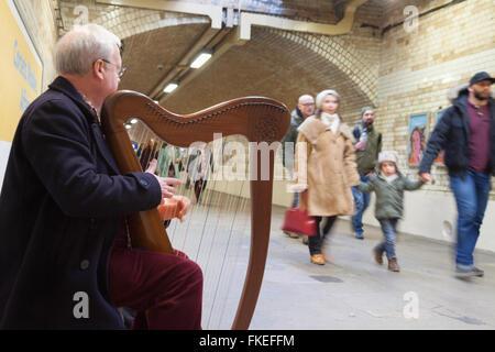 Musicien ambulant jouant de la harpe sur le métro de Londres, South Kensington, London UK Banque D'Images