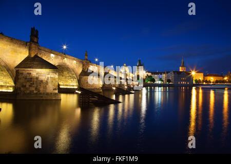 Vue de nuit sur la Vltava à Prague avec le Pont Charles St Francis Church Banque D'Images