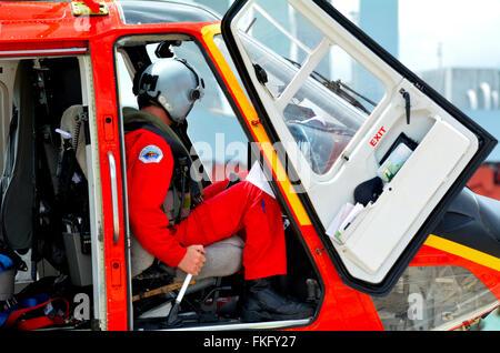 AUCKLAND - JAN 31 2016 Pilote d'hélicoptère de sauvetage:s'asseoir dans le cockpit. Le revenu annuel médian pour Banque D'Images