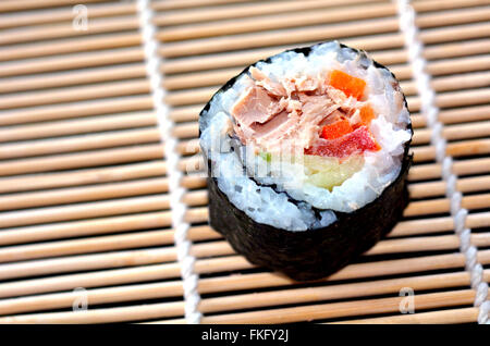 Un Makizushi frais sushi maki rouleau. Arrière-plan de l'alimentation et la texture de fond et la texture des aliments Banque D'Images