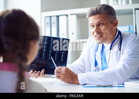 Doctor examining x-ray de son petit patient Banque D'Images