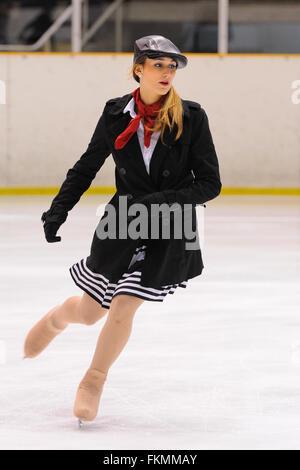 Barcelone - Mai 03: jeune équipe d'une école de patinage sur glace fonctionne à la Coupe Internationale. Banque D'Images