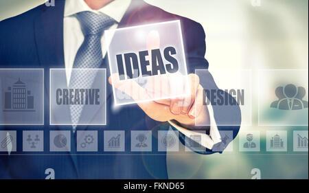 En appuyant sur un concept d'affaires Idées bouton. Banque D'Images