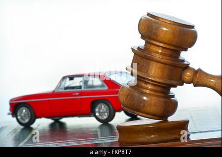 Image Concept de Classic vintage 1969 rouge MGB GT avec marteau d'encanteurs Banque D'Images