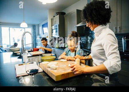 Mère et enfants baking in kitchen Banque D'Images